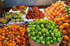 Frutos tropicais exóticos no mercado Fotos de Stock Royalty Free