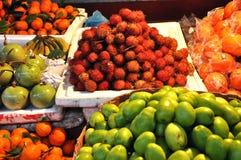 Frutos tropicais exóticos no mercado Fotos de Stock