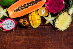 Frutos tropicais no fundo de madeira fotografia de stock royalty free