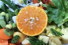 Frutos, vegetais cortados e sal para o batido saudável fotos de stock royalty free
