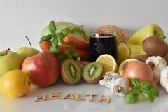 Frutos, vegetais e caneca de suco das beterrabas com ` da saúde do ` da inscrição imagem de stock