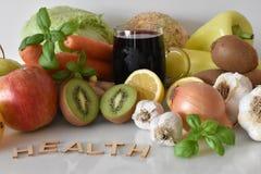 Frutos, vegetais e caneca de suco das beterrabas com ` da saúde do ` da inscrição imagens de stock royalty free