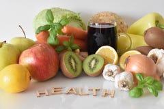 Frutos, vegetais e caneca de suco das beterrabas com ` da saúde do ` da inscrição foto de stock royalty free