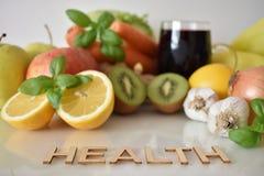 Frutos, vegetais e caneca de suco das beterrabas com ` da saúde do ` da inscrição imagens de stock