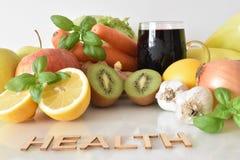 Frutos, vegetais e caneca de suco das beterrabas com ` da saúde do ` da inscrição fotos de stock