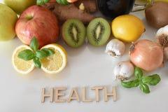 Frutos, vegetais e caneca de suco das beterrabas com ` da saúde do ` da inscrição fotos de stock royalty free