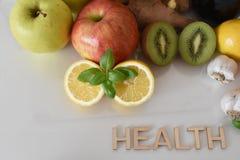 Frutos, vegetais e caneca de suco das beterrabas com ` da saúde do ` da inscrição fotografia de stock