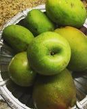 Frutos verdes na cesta Imagem de Stock