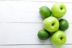 Frutos verdes no fundo de madeira branco Apple, cal detox Alimento saudável Vista superior Copie o espaço Fotografia de Stock