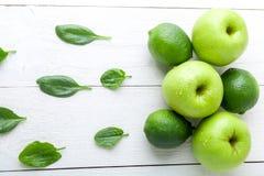 Frutos verdes no fundo de madeira branco Apple, cal, espinafre detox Alimento saudável Vista superior Copie o espaço Fotos de Stock Royalty Free