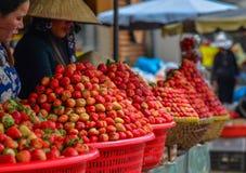 Frutos vermelhos da morango no mercado rural Fotografia de Stock