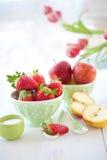 Frutos vermelhos frescos e tulipas cor-de-rosa Imagem de Stock