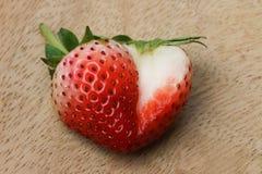 Frutta affettata matura della fragola, decorazione di forma del cuore Fotografie Stock