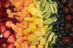 Frutta affettata sistemata in arcobaleno fotografia stock
