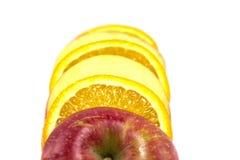 Frutta affettata su un fondo bianco Fotografia Stock Libera da Diritti