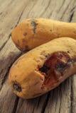 Frutta ammuffita della papaia su fondo di legno Immagini Stock