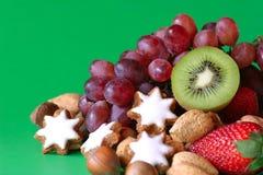 Frutta & biscotti festivi Fotografia Stock Libera da Diritti