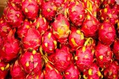 Frutta appena raccolta del cactus di pitaya su una stalla di via in Urumc Fotografie Stock Libere da Diritti