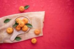 Frutta arancio con lo spazio della copia sul fondo rosso di struttura, concetto del fondo cinese del nuovo anno immagini stock libere da diritti