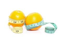 Frutta arancio con nastro adesivo di misurazione isolato Immagine Stock