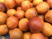Frutta arancio dei prodotti freschi sulla vendita fotografie stock libere da diritti
