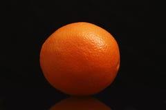 Frutta arancio isolata sul nero Immagini Stock