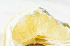 Frutta arancio Isolato della fetta di orango su bianco Una fetta di macro giallo arancione di Pamela Gabbie degli agrumi freschi Fotografia Stock