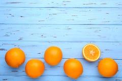 Frutta arancio matura su un fondo blu immagini stock