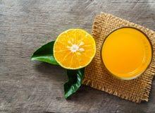 Frutta arancio su fondo di legno Fotografia Stock