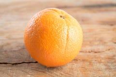 Frutta arancio su fondo di legno Immagini Stock