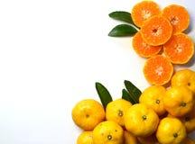 Frutta arancio sulle foglie su fondo bianco immagine stock