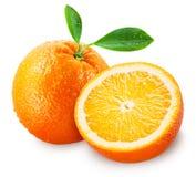 Frutta arancione affettata con i fogli isolati su bianco Fotografie Stock Libere da Diritti