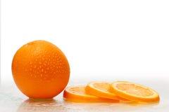 Frutta arancione fresca con le fette Immagini Stock Libere da Diritti