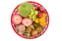 Frutta assortita, dessert sul vassoio per la celebrazione cinese del nuovo anno isolato Fotografia Stock Libera da Diritti