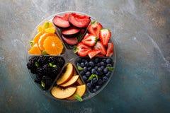 Frutta assortita e bacche su un piatto Immagini Stock Libere da Diritti