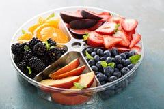Frutta assortita e bacche su un piatto Fotografie Stock