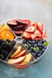 Frutta assortita e bacche su un piatto Fotografia Stock Libera da Diritti