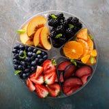 Frutta assortita e bacche su un piatto Fotografie Stock Libere da Diritti