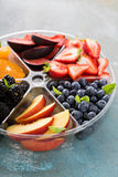 Frutta assortita e bacche su un piatto Immagini Stock
