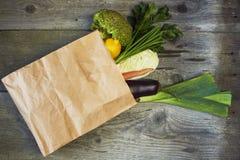 Frutta assortita e verdure nella borsa di drogheria marrone fotografia stock libera da diritti