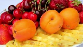 Frutta assortita, natura morta della frutta, bacche fresche e frutta sulla tavola archivi video