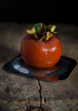 Frutta/cachi del cachi con le goccioline sul piatto del metallo fotografia stock