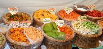 Frutta candita nel paniere di mercato in Italia Immagini Stock Libere da Diritti
