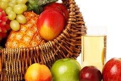 Frutta in cestino e spremuta. Fotografie Stock