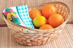 Frutta citrica in un cestino Fotografia Stock Libera da Diritti