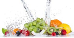 Frutta con la spruzzata dell'acqua Fotografie Stock Libere da Diritti