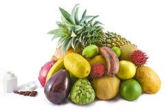 Frutta contro i multivitamins 3 Fotografie Stock Libere da Diritti