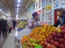 Frutta d'acquisto Fotografie Stock Libere da Diritti