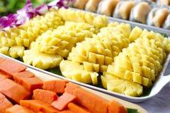 Frutta del drago della papaia dell'ananas sulla linea del buffet Immagini Stock Libere da Diritti