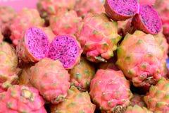 Frutta del drago del mucchio nel mercato fotografia stock libera da diritti